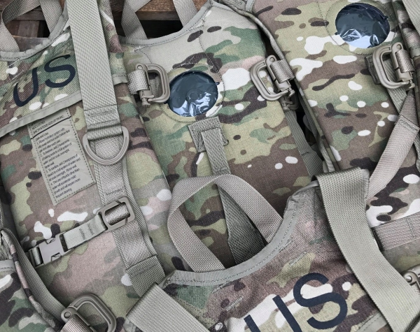 4 Stück US Army BAE Systems Specialty Defense Hydration System Multicam
